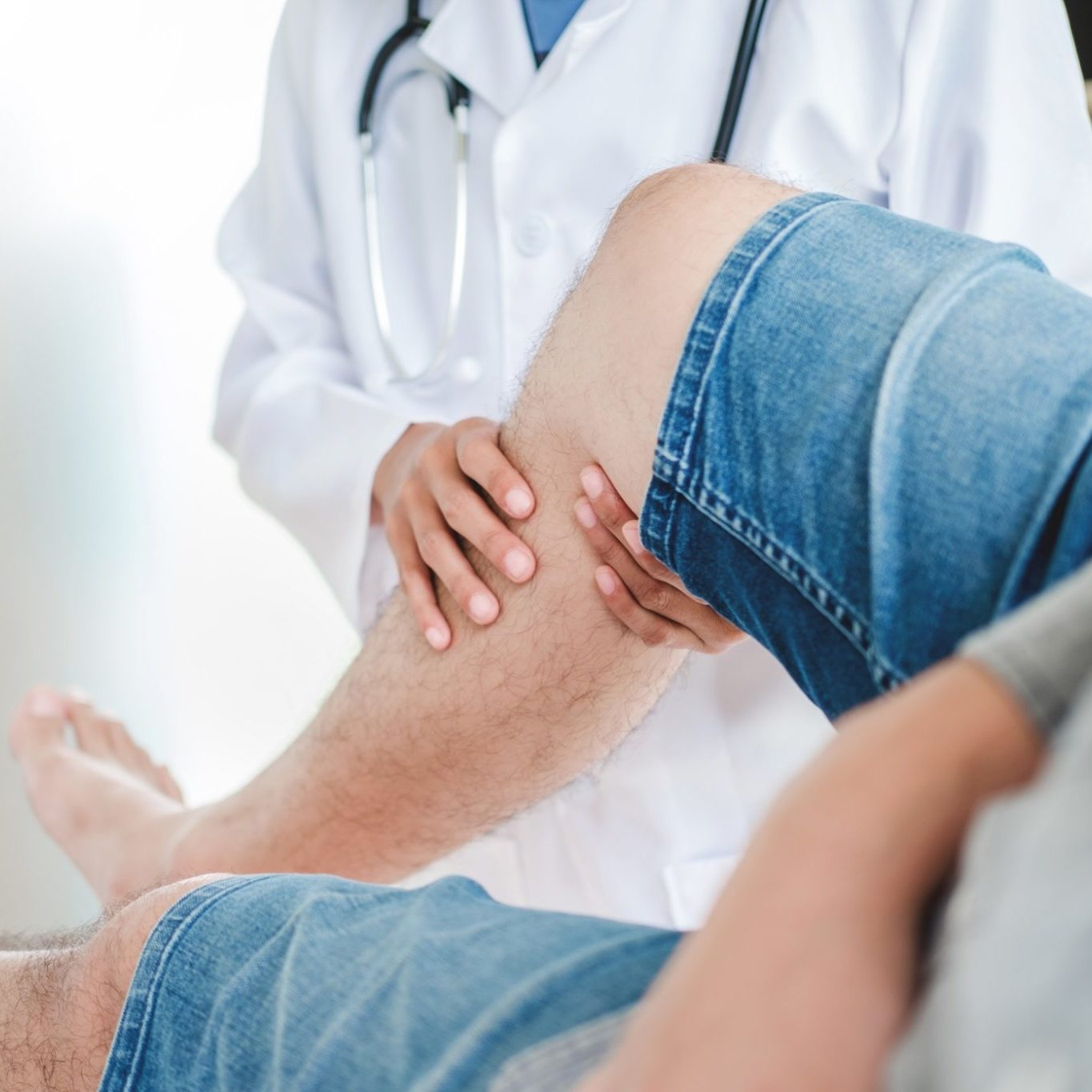 doctor-consulting-with-patient-knee-problems-physical-therapy-concept_t20_0xPYA6